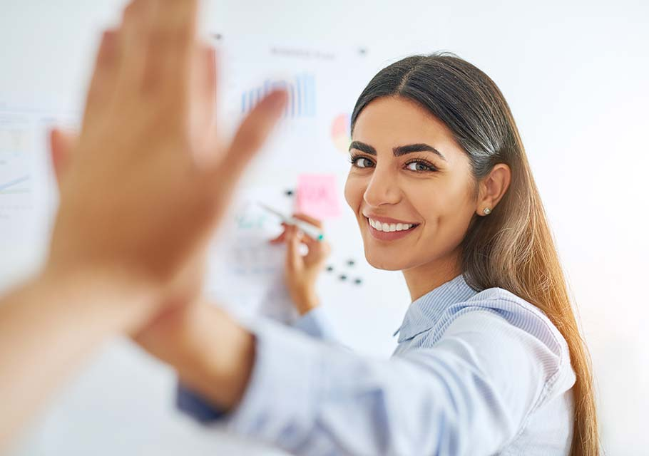 Mujer superando sus creencias limitantes para reforzar la autoestima.