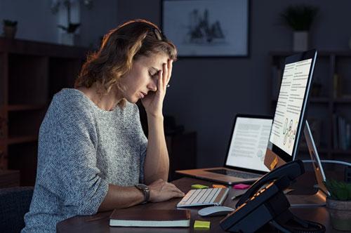 Mujer buscando una coaching personal para mejorar la gestión de sus emociones.