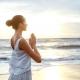 """Mujer practicando ejercicios espirituales ientras que piensa tengo """"tiempo para mí""""."""