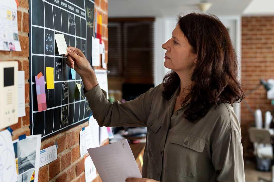 Mujer planificando sus tareas para optimizar la gestión del tiempo.